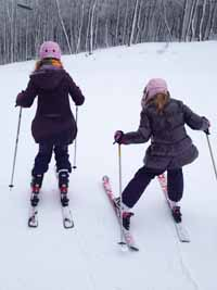 girls_on_skis